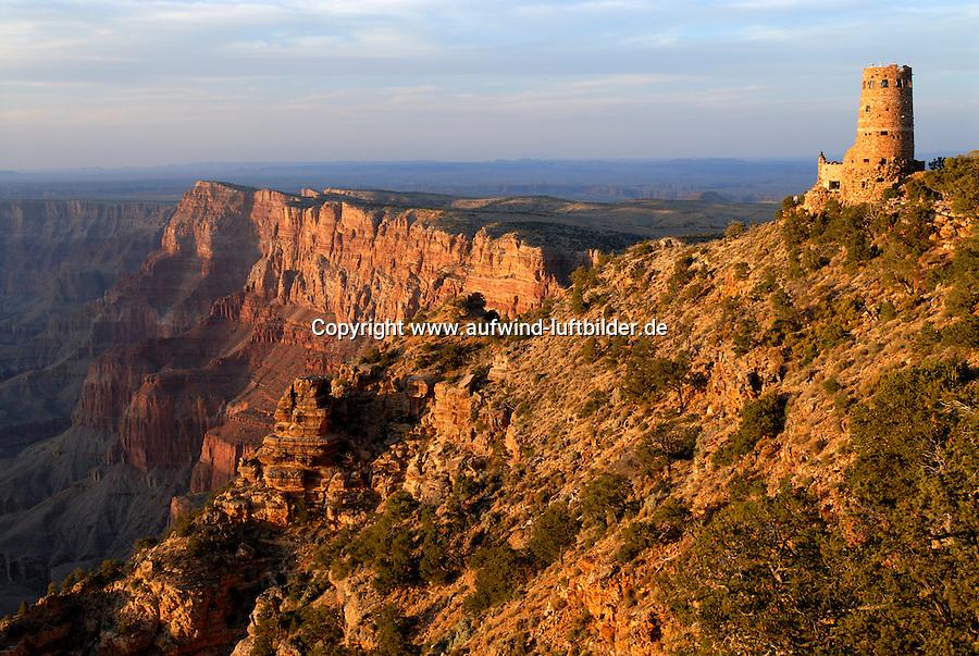 4415 / Grand Canyon: AMERIKA, VEREINIGTE STAATEN VON AMERIKA, ARIZONA,  (AMERICA, UNITED STATES OF AMERICA), 14.05.2006: Desert View. Aussichtspunkt im Osten des Grand Canyon Nationalpark.Der Grand Canyon (Gewaltige Schlucht) ist eine steile, etwa 450 km lange Schlucht im Norden des US-Bundesstaats Arizona, die ueber Millionen von Jahren vom Fluss Colorado ins Gestein des Colorado Plateau gegraben wurde. Der groesste Teil des Grand Canyon liegt im Grand-Canyon-Nationalpark...Der Canyon zaehlt zu den grossen Naturwundern auf dieser Welt und wird jedes Jahr von rund 5 Millionen Menschen besucht...Der Grand-Canyon-Nationalpark liegt im Nordwesten von Arizona, noerdlich von Williams und Flagstaff und etwa 365 km noerdlich der Hauptstadt Phoenix. .Der Grand Canyon ist etwa 450 km lang (davon liegen 350 km innerhalb des Nationalparks), zwischen 6 und 30 km breit und bis zu 1.800 m tief. Der Name des Canyons stammt vom Colorado River, der frueher in Teilen Grand River genannt wurde (deutsch: Gewaltiger Fluss/Canyon, aber auch Großartiger Fluss/Canyon)..Das Gebiet um das Tal wird in drei Regionen aufgeteilt: den Suedrand (south rim), der die meisten Besucher anzieht, den hoeher gelegenen und kuehleren Nordrand (north rim) und die Innere Schlucht (inner canyon) mit 5 Klimazonen..Flussaufwaerts, im suedlichen Utah liegen andere große Schluchten des Colorado. Der Glen Canyon, der seit 1964 im Stausee des Lake Powell versunken ist, galt landschaftlich als besonders schoen. Weiter im Norden liegt der Canyonlands-Nationalpark. Flussabwaerts, in der Naehe von Las Vegas, liegt der Stausee Lake Mead am Hoover-Staudamm...