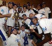 BOGOTÁ -COLOMBIA. 29-11-2013. Jhon Hernandez Jugador de Guerreros de Bogotá celebra el título como campeón de la  Liga DirecTV de Baloncesto 2013-II de Colombia tras vencer a Academia de la Montaña en el quinto partido de la final realizado en el coliseo El Salitre de Bogotá./ Jhon Hernandez Player of Guerreros de Bogota celebrates as a champion of the DirecTV Basketball League 2013-II in Colombia after defeated Academia de la Montaña in the fifth match of the final played at El Salitre coliseum in Bogota. Photo: VizzorImage / Gabriel Aponte /