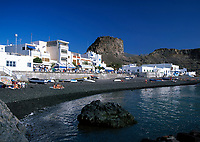Spanien, Kanarische Inseln, Gran Canaria, Puerto de las Nieves: schwarzer Kiesstrand | Spain, Canary Island, Gran Canaria, Puerto de las Nieves: black pebble stone beach
