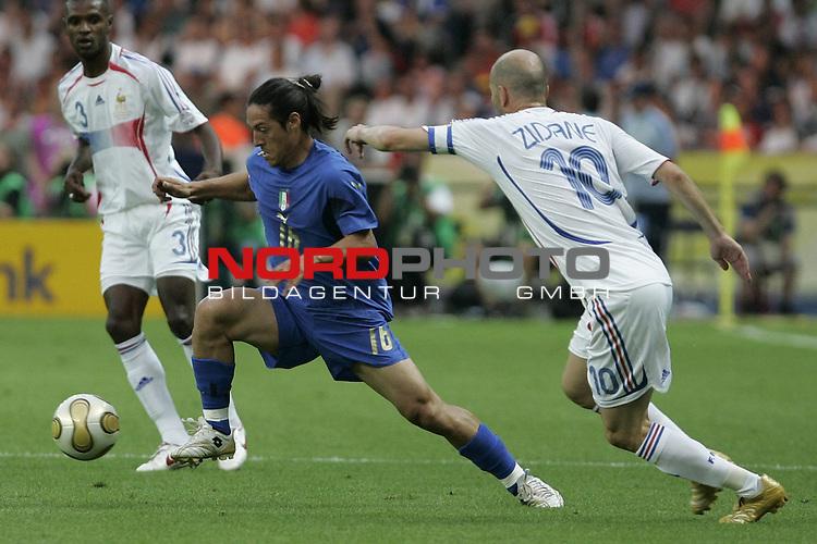 FIFA WM 2006 - Final / Finale<br /> <br /> Play #64 (09-Jul) - Italy vs France.<br /> <br /> Zweikampf zwischen CAMORANESI Mauro und  ZIDANE Zinedine<br /> <br /> Feature<br /> <br /> <br /> Foto &copy; nordphoto