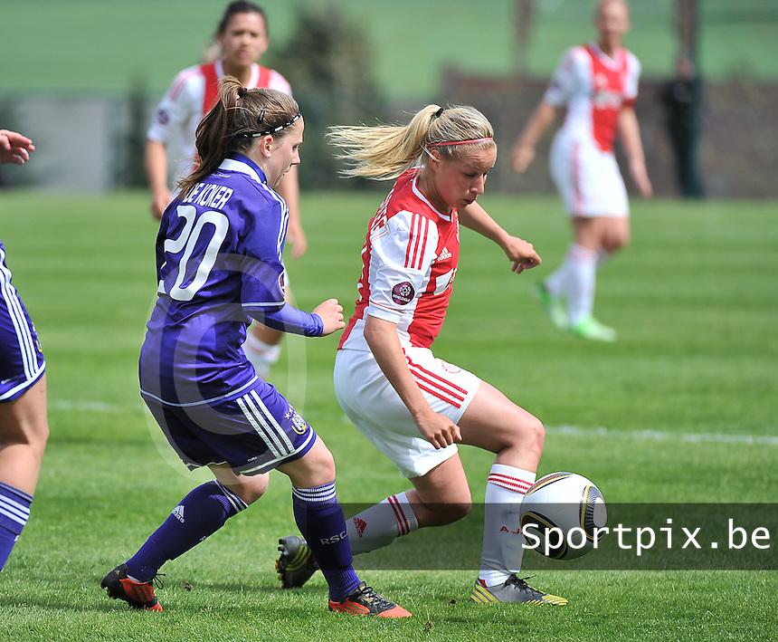 RSC Anderlecht Dames - Ajax Amsterdam : Mandy Versteegt aan de bal voor Taika De Koker (links).foto DAVID CATRY / Nikonpro.be