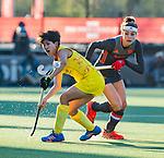 UTRECHT - Eva de Goede (Ned) met Zhang Xiaoxue (China)   tijdens   de Pro League hockeywedstrijd wedstrijd , Nederland-China (6-0) .  COPYRIGHT  KOEN SUYK