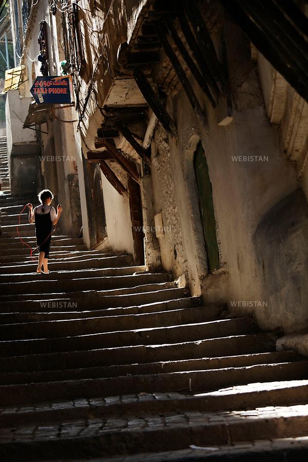 Algerie. Alger. 12 juin 2011.Une petite fille joue dans les escaliers d'une ruelle de la Casbah.<br /> <br /> <br /> Algeria, Algiers. June 12th 2011. A little girl plays in the stairs of an alleyway in the Kasbah.