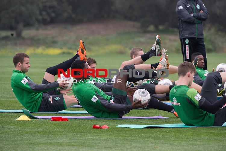 Trainingsgel&auml;nde, Jerez, ESP, 1.FBL, Trainingslager Werder Bremen 2014,  12.01.2014, <br /> <br /> Aufwqermtraining  mit Ball <br /> Lukas Schmitz (Bremen #13)<br /> Assani Lukimya (Bremen #5)<br /> <br /> Foto &copy; nordphoto/ Kokenge