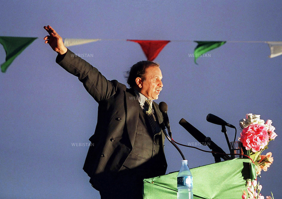 1999. Algeria. Adrar. Algerian presidential candidate Abdelaziz Bouteflika, nominally independent but backed by Algeria's former sole ruling party, the National Liberation Front, addresses supporters during an electoral meeting. Algérie. Adrar. Abdelaziz Bouteflika, le candidat algérien à l'élection présidentielle, nominalement indépendant mais soutenu par l'unique ancien parti dirigeant, le Front de Libération National, s'adresse à ses sympathisants lors d'un rassemblement politique.