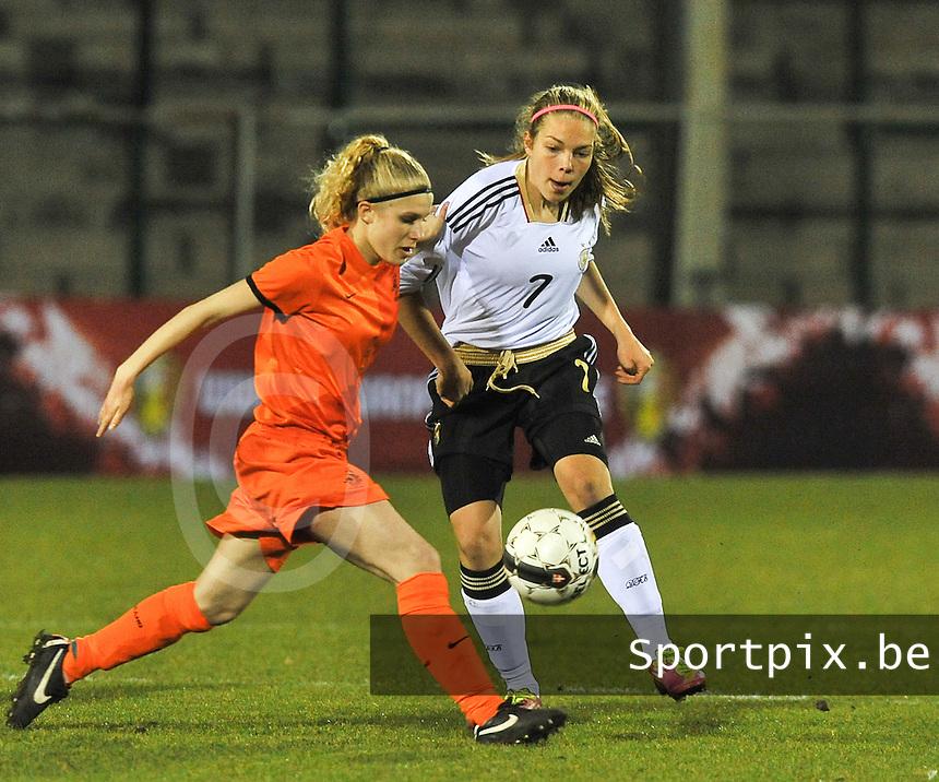 U17  Netherlands - U17 Germany : 7 Nina Ehegötz (rechts) in duel voor 6 Yentl Fay Abbing.foto DAVID CATRY / Vrouwenteam.be