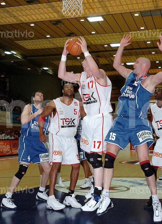 Basketball Herren, BBL 1.Bundesliga 2003/2004, Carl-Diem Halle Wuerzburg (Germany) TSK Wuerzburg - RheinEnergie Koeln (66:76) Spielszene von links nach rechts: Joerg Luetcke (Koeln), Mike Moten, Chris Heinrich am Ball (beide Wuerzburg), Geert Hammink (Koeln)