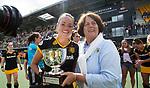 DEN BOSCH - Maartje Paumen  met Marijke Fleuren,   na  de finale van de EuroHockey Club Cup, Den Bosch-UHC Hamburg (2-1) . COPYRIGHT  KOEN SUYK