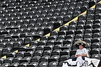 ATENÇÃO EDITOR: FOTO EMBARGADA PARA VEÍCULOS INTERNACIONAIS - SANTOS, SP, 09 DE SETEMBRO DE 2012 - CAMPEONATO BRASILEIRO - SANTOS x SÃO PAULO: Torcedores do Santos aguardam o início da partida Santos x São Paulo, válida pela 23ª rodada do Campeonato Brasileiro de 2012 no Estádio da Vila Belmiro em Santos. FOTO: LEVI BIANCO - BRAZIL PHOTO PRESS