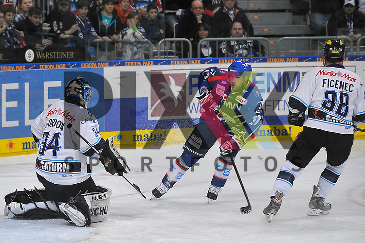 Mannheims Marcus Kink (Nr.17) gegen Ingolstadts Ian Gordon (Nr.34) und Ingolstadts Jakub Ficence (Nr.38)  beim Spiel in der DEL, Adler Mannheim - ERC Ingolstadt.<br /> <br /> Foto &copy; Ice-Hockey-Picture-24 *** Foto ist honorarpflichtig! *** Auf Anfrage in hoeherer Qualitaet/Aufloesung. Belegexemplar erbeten. Veroeffentlichung ausschliesslich fuer journalistisch-publizistische Zwecke. For editorial use only.