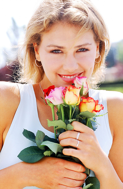 Beaute, jeune femme blonde tenant des roses *** Young blonde holding flowers, Female Beauty