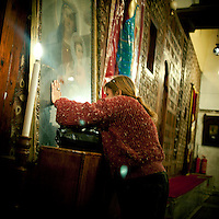 Egypt / Cairo / 10.3.2012 / A woman is praying in St Barbara Church in Old Cairo (Coptic Cairo). Egypt, March 2012.