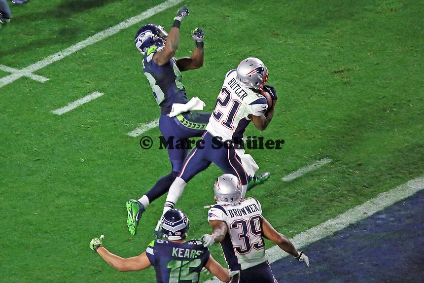 CB Malcom Butler (21, Patriots) faengt den entscheidenden Pass von QB Russell Wilson (Seahawks) ab, der für Ricardo Lockette (83, Seahawks) gedacht war - Super Bowl XLIX, Seattle Seahawks vs. New England Patriots, University of Phoenix Stadium, Phoenix