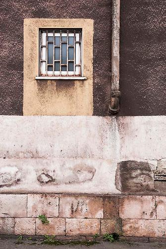 Taranto, Italie, Jan 2010. Pour compenser la couleur rouge qui recouvre inévitablement les murs, les habitants de Tamburi peignent les murs en rouge préventivement.  Tarente est la ville la plus polluée par émissions industrielles en Europe. A Tarente, chacun des 210 000 habitants respire chaque année 2,7 tonnes de monoxyde de carbone et 57,7 tonnes de dioxydes de carbones. Le quartier ouvrier de Tamburi, tout proche de la zone industrielle souffre très directement de la pollution industrielle. Image issue de la serie La Poussiere Rouge.