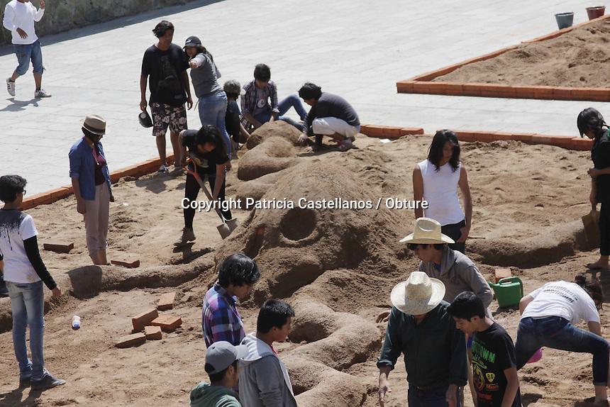 Oaxaca de Ju&aacute;rez. 29 de Octubre de 2014.- Como cada a&ntilde;o ya es costumbre, este mi&eacute;rcoles se iniciaron los trabajos artesanales con arena en la Plaza de la Danza, lo anterior a intenci&oacute;n de la elaboraci&oacute;n de los tapetes f&uacute;nebres monumentales que enmarcaran el tradicional &ldquo;D&iacute;a de Muertos&rdquo; en Oaxaca en pr&oacute;ximas fechas.<br /> <br />  <br /> <br /> Cabe destacar que dichos tapetes medir&aacute;n poco m&aacute;s de 11 metros en cada uno de sus lados, y contaran con el ingenio art&iacute;stico de sus elaboradores, quienes plasmaran la festividad f&uacute;nebre que enaltece en estas fechas de &ldquo;Todos Santos&rdquo; a los que ya no est&aacute;n con nosotros.<br /> <br />  <br /> <br /> Dichas obras tendr&aacute;n plasmaran la tradici&oacute;n y cultura de las 8 regiones de la entidad, y ofrecer&aacute;n una hermosa vista para propios y extra&ntilde;os que visitan la capital del estado por estas fechas.<br /> <br /> <br /> Foto: Patricia Castellanos / Obture.