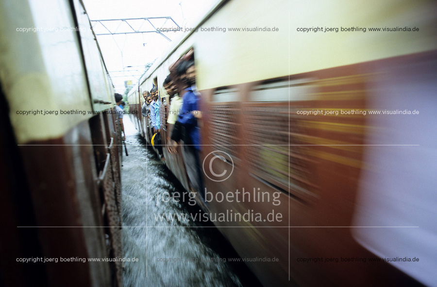 INDIA, Mumbai, Bombay, heavy monsoon rains flood the railway tracks / INDIEN, Mumbai, schwere Monsun Regen ueberfluten die Bahngleise