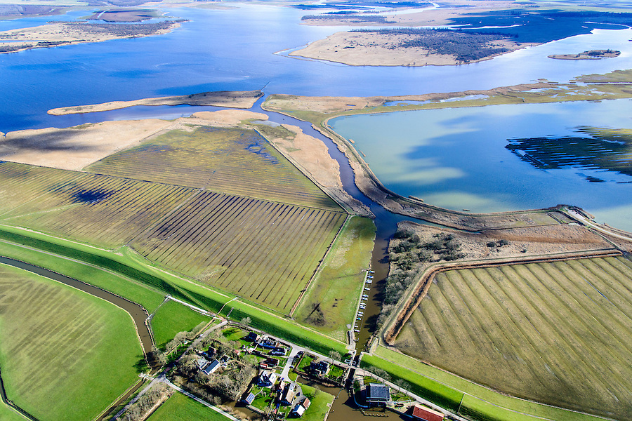 Nederland, Friesland, Gemeente Dongeradeel, 28-02-2016; Ezumazijl, buurtschap met zijl - sluis voor scheepvaart van Dokkum naar voormalige Lauwerszee (nu: Lauwersmeer).<br /> Small hamlet north Friesland, with lock  connection to former inner sea.<br /> <br /> luchtfoto (toeslag op standard tarieven);<br /> aerial photo (additional fee required);<br /> copyright foto/photo Siebe Swart