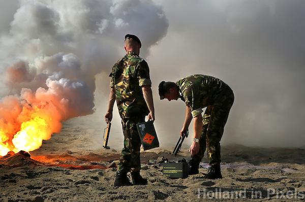 Scheveningen -Paarden oefenen op het strand van Scheveningen voor Prinsjesdag. De paarden worden aan stresstest onderworpen met lawaai en rookbommen. De paarden die het beste uit de test komen, mogen meelopen op Prinsjesdag. Militairen  steken de rookbommen aan.