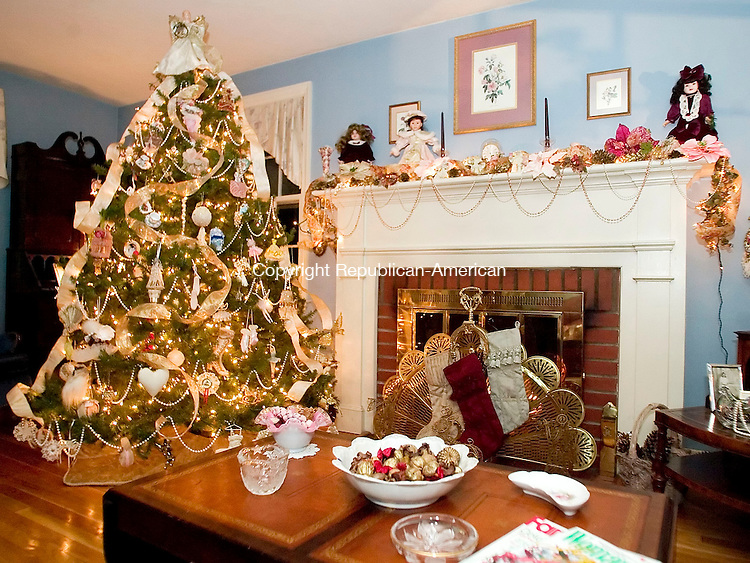 WATERBURY, CT- 15 DEC 06- 121506JT03- <br /> Terri Quattro Cook has decorated her living room with Victorian-style Christmas decorations.<br /> Josalee Thrift Republican-American