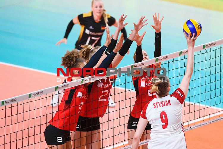 16.08.2019, …VB Arena, Bremen<br />Volleyball, LŠnderspiel / Laenderspiel, Deutschland vs. Polen<br /><br />Block  / Dreierblock Kimberly Drewniok (#8 GER), Camila Weitzel (#21 GER), Jana Franziska Poll (#5 GER) - Angriff Magdalena Stysiak (#9 POL)<br /><br />  Foto © nordphoto / Kurth