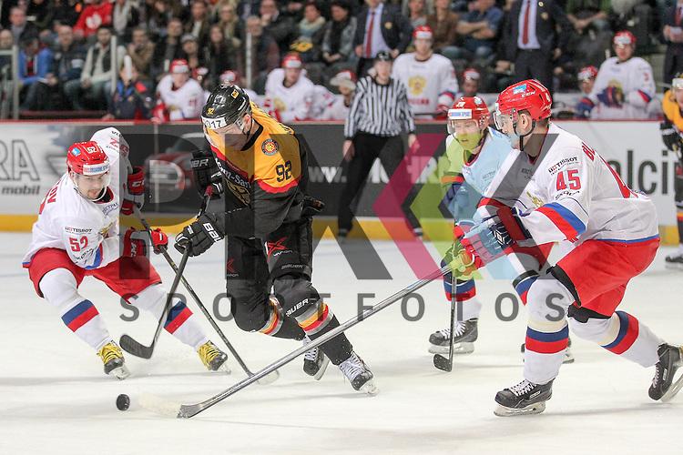 Deutschlands Noebels, Marcel (Nr.92)(Eisb&auml;ren Berlin) im Zweikampf mit Russlands Shirokov Sergei Sergeyevich (Nr.52)(Avangard) und Russlands Blazhiyevski Artyom Mikhaylovich (Nr.45)(Torpedo) im Spiel IIHF WC15 Germany - Russia.<br /> <br /> Foto &copy; P-I-X.org *** Foto ist honorarpflichtig! *** Auf Anfrage in hoeherer Qualitaet/Aufloesung. Belegexemplar erbeten. Veroeffentlichung ausschliesslich fuer journalistisch-publizistische Zwecke. For editorial use only.