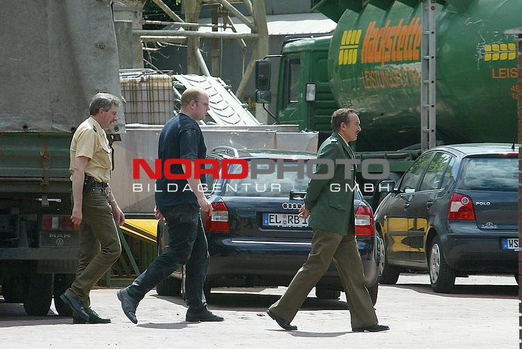 Im Skandal um die mit Nitrofen belasteten Futtermittel gab es am Freitag (31.05.2002) mit der Stilllegung des &divide;kufutter-Betriebes der GS agri in HŲltinghausen eine erste scharfe Reaktion seitens des Landes. Agraminister Uwe Bartels verfŁgte die SchlieŖung aufgrund von erneuten Nitrofenfunden in Futtermitteln, die noch nach dem 24. Mai 2002 hergestellt worden seinen. Am Sonnabend nachmittag nahm das Landesamt fŁr Verbraucherschutz in Oldenburg unter Polizeischutz erneut Proben des Bio-Futters<br /> <br /> Foto &copy; nordphoto<br /> <br /> <br /> <br />  *** Local Caption *** Foto ist honorarpflichtig! zzgl. gesetzl. MwSt.<br />  Belegexemplar erforderlich<br /> Adresse: nordphoto<br /> Georg-Reinke-Strasse 1<br /> 49377 Vechta