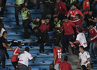 CALI - COLOMBIA, 02-10-2019: Disturbios en las tribunas durante el partido entre América de Cali y Atlético Huila por la fecha 14 de la Liga Águila II 2018 jugado en el estadio Pascual Guerrero de la ciudad de Cali. / Riots on the tribunes during match for the date 14 as part of Aguila League II 2019 between America de Cali and Atletico Huila played at Pascual Guerrero stadium in Cali. Photo: VizzorImage / Gabriel Aponte / Staff