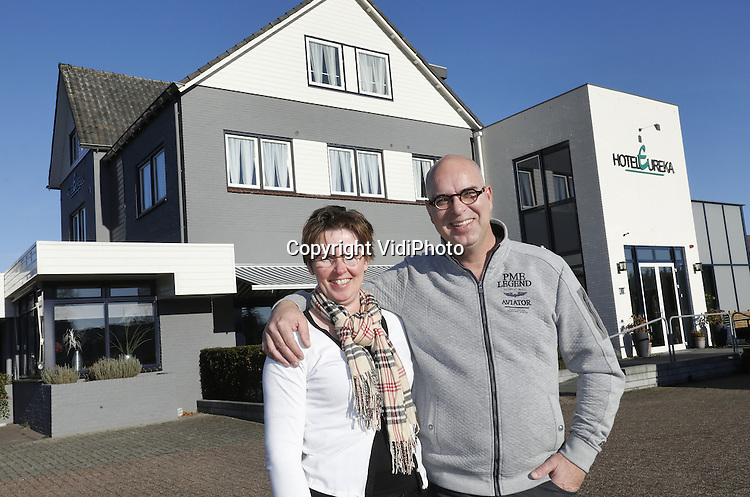 Foto: VidiPhoto<br /> <br /> ZEDDAM - Het laatste christelijke hotel van Nederland sluit zijn deuren. Dat hebben de eigenaren Aart en Lydia van Gent woensdag bekend gemaakt. Na 40 jaar gaat hotel Eureka in Zeddam in de Achterhoek op 9 januari definitief dicht. Het 37 bedden tellende gastenverblijf is inmiddels verkocht aan een nieuwe eigenaar. Wat die er mee gaat doen is nog niet duidelijk. Reden voor de sluiting is het gebrek aan (christelijke) gasten. Het hotel richtte zich de afgelopen 40 jaar op vooral de reformatorische achterban. Maar die heeft steeds minder behoefte aan vakantie in eigen kring. Het zich richten op een andere cli&euml;ntele zou betekenen dat dit ten koste zou gaan van de principes van de eigenaren, zoals onder meer de zondagsrust (niet uitchecken op zondag) en het Bijbellezen en bidden bij de maaltijd van de gasten. Aart en Lydia hadden hun eigen woning al eerder verkocht, met als gevolg dat ze ook zelf al enige tijd in het hotel wonen.