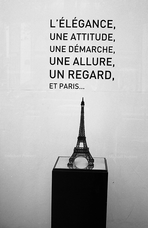 Paris (île de france)<br /> <br /> Tour eiffel dans une vitrine.<br /> <br /> Eiffel tower in a glass case.