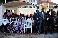 ZAMBIA Barotseland , Zambezi floodplain , Kuomboka ceremony in Limulunga, the Lozi king Lubosi Imwiko II. also called Litunga, change his lower land residence after raining time with the royal bark Nalikwanda to his upper land palace in Limulunga,  guest, entourage and underling  / SAMBIA Barotseland , Flutebene des Zambezi Fluss , Kuomboka Fest in Limulunga, der Lozi Koenig, Litunga, in seiner Residenz in Limulunga, Gaeste und Untertanen