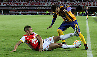 BOGOTÁ -COLOMBIA, 25-11-2015.Juan Roa  (Izq) jugador del Independiente Santa Fe de Colombia disputa el balón con Marcelo Baez(Der) jugador del Sportivo Luqueño del Paraguay   durante partido por la semifinal F 1 de la Copa Sudamericana  2015 jugado en el estadio Nemesio Camacho El Campín de la ciudad de Bogotá./ Juan Roa (L) player of Independiente Santa Fe of Colombia  fights for the ball with Marcelo Baez (R) player of  Sportivo Luqueno of Paraguay during the match for the Copa Sudamericana semifinal F 1- 2015 played at Nemesio Camacho El Campin stadium in Bogotá city. Photo: VizzorImage/ Felipe Caicedo  / Staff