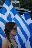 Elezioni in Grecia. Atene, manifestazione conclusiva di Nea Democratia in Piazza Sintagma 15 giugno 2012. Una giovane manifestante e sullo sfondo le bandiere della Grecia.