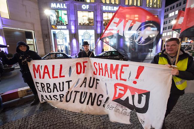 Migrantische Bauarbeiter, welche beim Bau des neuen Luxus-Einkaufszentrum &quot;Mall of Berlin&quot; unweit des Potdsamer Platz beschaeftigt waren, protestieren vor dem Eingang des Einkaufzentrum. Sie haben seit Monaten keinen Lohn fuer ihre Arbeit bekommen. Schriftliche Arbeitsvertraege waren ihnen verweigert worden und die Arbeitgeber &quot;Metatec-Fundus GmbH&quot; aus Berlin und &quot;openmallmasters GmbH&quot; aus Frankfurt/M. haben sie in Unterkuenften mit bis zu 16 Personen in 2-Zimmerwohnungen untergebracht. Dem Bauherren des Luxus-Einkaufszentrum &quot;Fettchenauer Controlling &amp; Logistic GmbH&quot; waren diese Zustaende angeblich bekannt und er soll sie stillschweigend geduldet haben, so die Arbeiter.<br /> 29.1.2015, Berlin<br /> Copyright: Christian-Ditsch.de<br /> [Inhaltsveraendernde Manipulation des Fotos nur nach ausdruecklicher Genehmigung des Fotografen. Vereinbarungen ueber Abtretung von Persoenlichkeitsrechten/Model Release der abgebildeten Person/Personen liegen nicht vor. NO MODEL RELEASE! Nur fuer Redaktionelle Zwecke. Don't publish without copyright Christian-Ditsch.de, Veroeffentlichung nur mit Fotografennennung, sowie gegen Honorar, MwSt. und Beleg. Konto: I N G - D i B a, IBAN DE58500105175400192269, BIC INGDDEFFXXX, Kontakt: post@christian-ditsch.de<br /> Bei der Bearbeitung der Dateiinformationen darf die Urheberkennzeichnung in den EXIF- und  IPTC-Daten nicht entfernt werden, diese sind in digitalen Medien nach &sect;95c UrhG rechtlich geschuetzt. Der Urhebervermerk wird gemaess &sect;13 UrhG verlangt.]