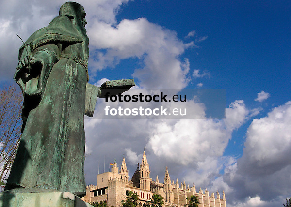 Ram&oacute;n Llull (Raymond Lully, Majorca 1232/3-1316), one of the most important writers of the catalan literature, sculpture by Horacio de Egu&iacute;a (1914-1991), in the background the Almudaina Palace and the Cathedral La Seu<br /> <br /> Ram&oacute;n Llull (Mallorca 1232/3-1316), uno de los m&aacute;s importantes autores de la literatura catalana, escultura por Horacio de Egu&iacute;a (1914-1991), en el fondo el Palacio Almudaina y la catedral La Seu<br /> <br /> Ram&oacute;n Llull (Mallorca 1232/3-1316), einer der wichtigsten katalanischen Literaten, Skulptur von Horacio de Egu&iacute;a (1914-1991), im Hintergrund der Almudaina Palast und die Kathedrale La Seu<br /> <br /> 2100 x 1500 px