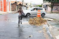 OSASCO,SP - 07.10.14 - CANO ESTOURADO/DISPERDICIO/AGUA - Em Osasco na Rua Padre Paulo Xerdel altura do numero 440 um cano da Sabesp foi rompido pela própria escavadeira da empresa e segundo um dos moradores da rua a agua jorrava desde as 10:30h da manha,foi colocado uma fita de sinalização e deixaram o local sem consertar o problema.  . ( Foto: Aloisio Mauricio / Brazil Photo Press )