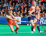 ROTTERDAM - Xan de Waard (Ned)  scoort 1-1 tijdens de Pro League hockeywedstrijd dames, Netherlands v USA (7-1)  .  rechts Julia Young (USA) .COPYRIGHT  KOEN SUYK