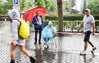 Nederland Cuijk 2016. De Vierdaagse van Nijmegen. Regen in Cuijk.  Foto Berlinda van Dam / Hollandse Hoogte