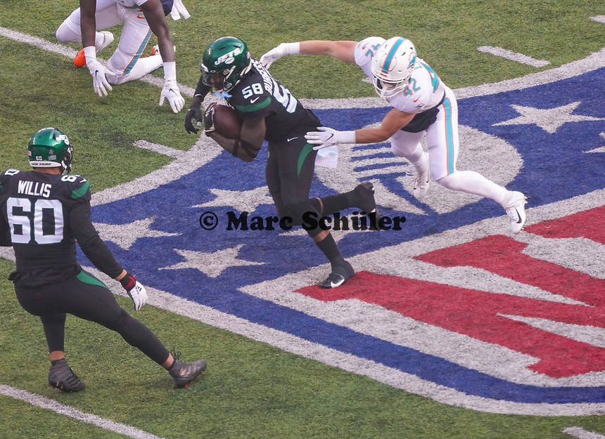 Interception outside linebacker James Burgess (58) of the New York Jets gegen running back Patrick Laird (42) of the Miami Dolphins- 08.12.2019: New York Jets vs. Miami Dolphins, MetLife Stadium New York
