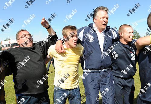 2011-05-22 / Seizoen 2010-2011 / Voetbal / Heultje - Burcht / De spelers van Burcht vieren hun promotie naar derde..Foto: mpics