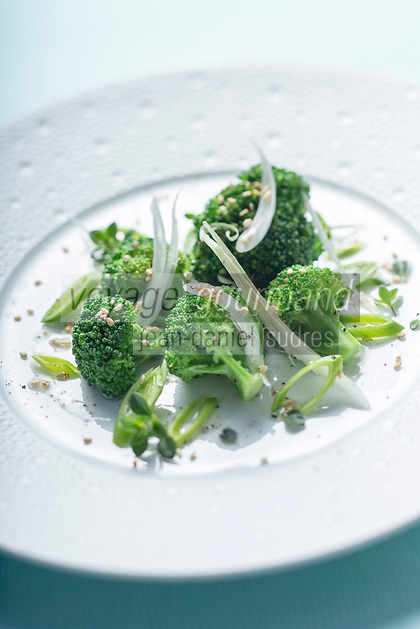 France, Paris (75), Les aliments anti-cancer de Richard Béliveau cuisinés par  Alain Passard, restaurant trois étoiles L'Arpège  - Brocolis, cébettes, échalottes nouvelles à l'huile de sézame//  France, Paris, Richard Béliveau , anti-cancer foods cooked  by Alain Passard, three-star restaurant L'Arpège - Broccoli, spring onions, shallots new , Sesame oil