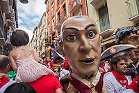 Espagne, Navarre, Pampelune: Fêtes de San Fermín, procession de Géants est organisée à travers les rues de la ville //   //  Spain, Navarre, Pamplona:  Festival of San Fermín, Parade of Giants and Big-heads, San Fermín street-partying,