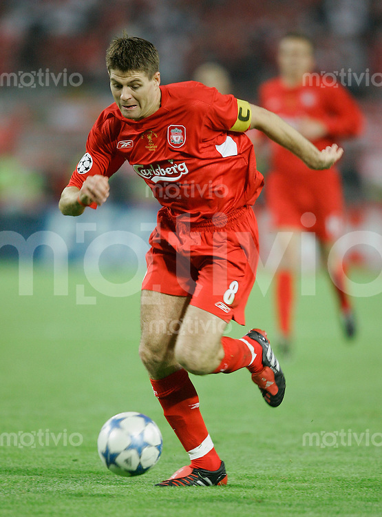Fussball International UEFA Champions League  Finale 2004/2005 AC Mailand 5-6 n.E. Liverpool FC Steven Gerrard (L) am Ball