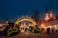 Deutschland, Bayern, Oberbayern, Wallfahrtsort Altoetting: Christkindlmarkt auf dem Kapellplatz mit Rathaus, Kongregationssaal, Gnadenkapelle, St. Magdalena-Kirche, Pfarr- und Stiftskirche St. Philipp und Jakob | Germany, Bavaria, Upper Bavaria, pilgrimage place Altoetting: Christmas Market at Kapell Square with townhall, Congregational Hall, Chapel of the Miraculous Image, St. Magdalena church, parish and collegiate church St. Philipp and Jacob