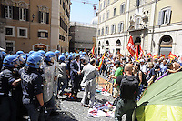 Roma, 22 Giugno 2011.Roma, Piazza Montecitorio.Presidio dei precari a Montecitorio.Tafferugli e lancio di ortaggi davanti il parlamento..Il presidio viene sgomberato e i manifestanti improvvisano un corteo per poi ritornare nella piazza