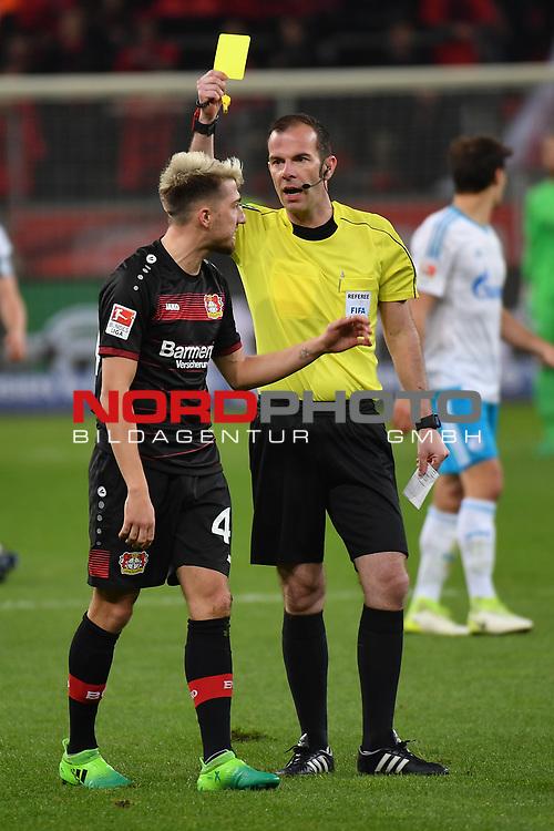 28.04.2017, BayArena, Leverkusen , GER, 1.FBL., Bayer Leverkusen 04 vs. FC Schalke 04<br /> im Bild / picture shows: <br /> gelbe Karte f&uuml;r Kevin Kampl (Leverkusen #44), von Marco Fritz (Schiedsrichter, referee),  <br /> <br /> <br /> <br /> Foto &copy; nordphoto / Meuter