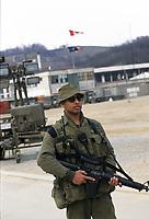 Canadian army soldiers at  MAPLE LEAF CAMP during the United Nation<br /> 1999 peace mission in Bosnia<br /> <br /> Les soldats de l'armée Canadienne durant la mission de paix de l'ONU en 1999 en Bosnie<br /> <br /> photo : (c)  Images Distribution