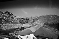 En bifurquant vers le nord, la frontière irakienne dans le dos, on s'engage sur une route en direction des montagnes où se cachent les Peshmergas. Le gouvernement a construit au bord du chemin deux camps militaires dont un énorme, avec des tours massives, renforcées pour résister aux obus.<br /> <br /> Branching off to the north, the Iraqi border in the back, we get on the road towards the mountains where lie the Peshmerga. The government built on the wayside two military camps including a huge, with massive towers, reinforced to withstand shells.