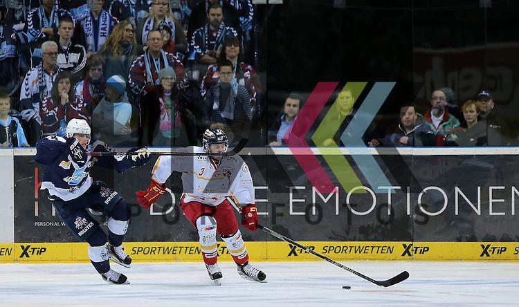 Eishockey DEL 2015 / 16 - 08.01.2016 - 35. Spieltag Hamburg Freezers vs. Duesseldorfer EG<br /> <br /> Foto: v.l. Julian Jakobsen (Hamburg) schlaegt Stephan Daschner (Duesseldorf) den Schlaeger ins Gesicht beim Spiel in der DEL, Hamburg Freezers - Duesseldorfer EG.<br /> <br /> Foto &copy; PIX-Sportfotos *** Foto ist honorarpflichtig! *** Auf Anfrage in hoeherer Qualitaet/Aufloesung. Belegexemplar erbeten. Veroeffentlichung ausschliesslich fuer journalistisch-publizistische Zwecke. For editorial use only.