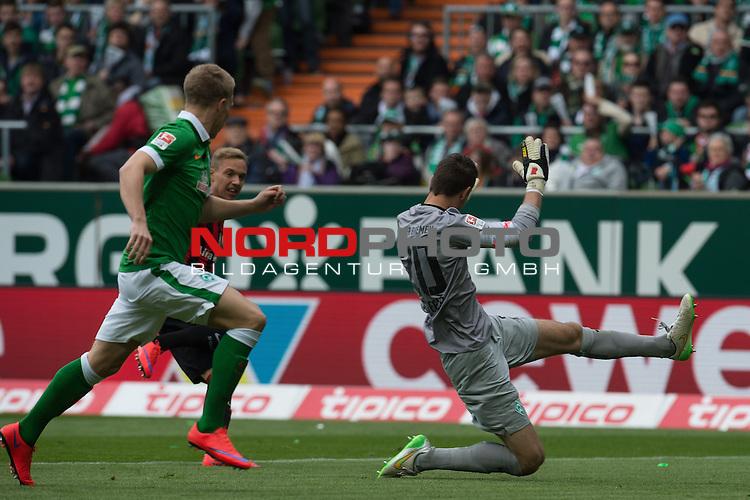 02.05.2015, Weser Stadion, Bremen, GER, 1.FBL. Werder Bremen vs Eintracht Frankfurt, im Bild<br /> <br /> <br /> Sonny Kittel (Eintracht Frankfurt) Janek Sternberg (Bremen #37) Koen Casteels (Bremen #20)<br /> <br /> <br /> Foto &copy; nordphoto / Kokenge