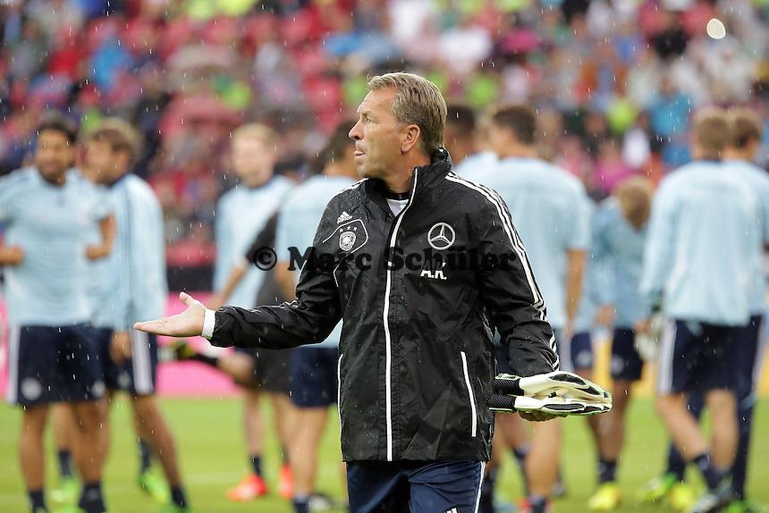 Torwarttrainer Andreas Koepke prueft ob es noch regnet - Oeffentliches Training der Deutschen Nationalmannschaft, Coface Arena Mainz